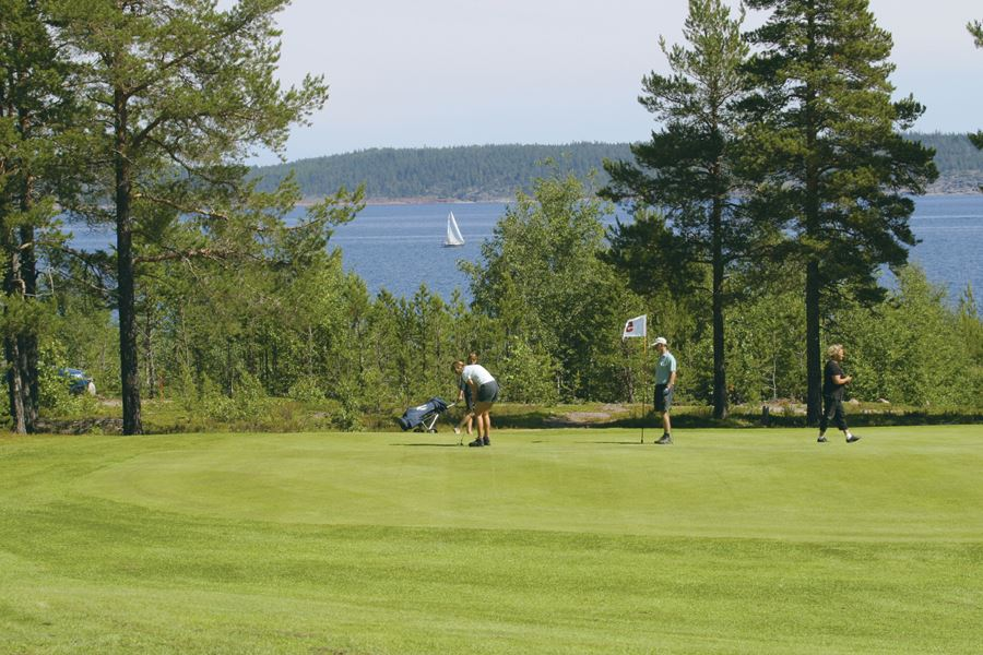 Golf Weekend 2 Days – play golf and stay in one of our nice cottages at Norrfällsvikens Camping & Stugby