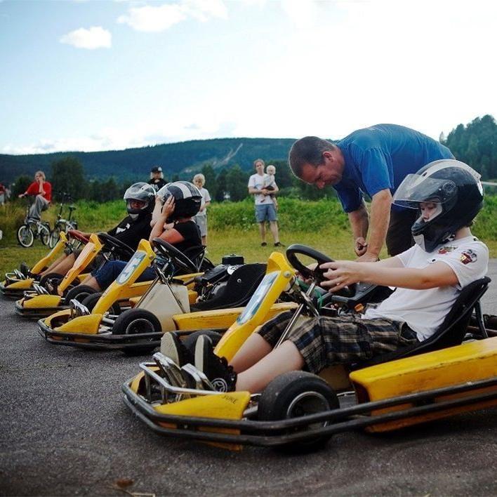 Anders justerar säkerhetsdetaljer innan start för Gocart racing.