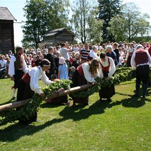 Yngve Karlsson, Majstången blir sommarfin med lövrankor och blommor