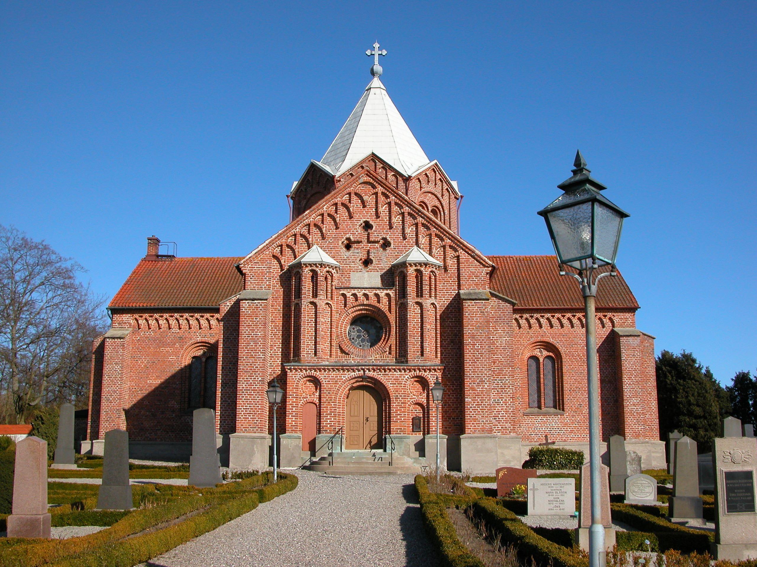 Ingrid Wall & Susanne Nilsson, Tullstorps kyrka uppfördes under 1840-talet i röd handslagen tegel