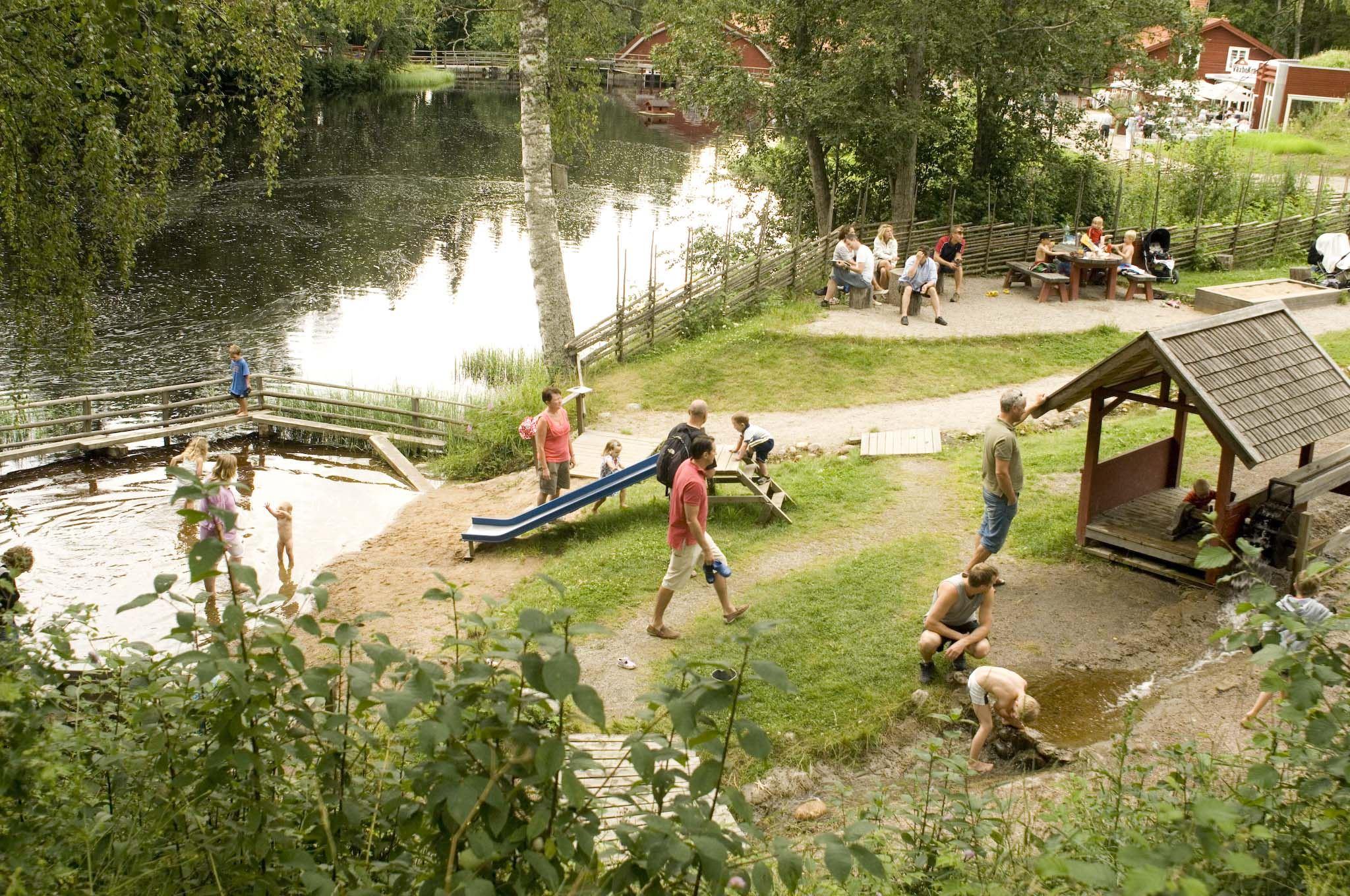 Barnens populära lekplats Kvarnleken ingår naturligtvis i midsommarfirandet