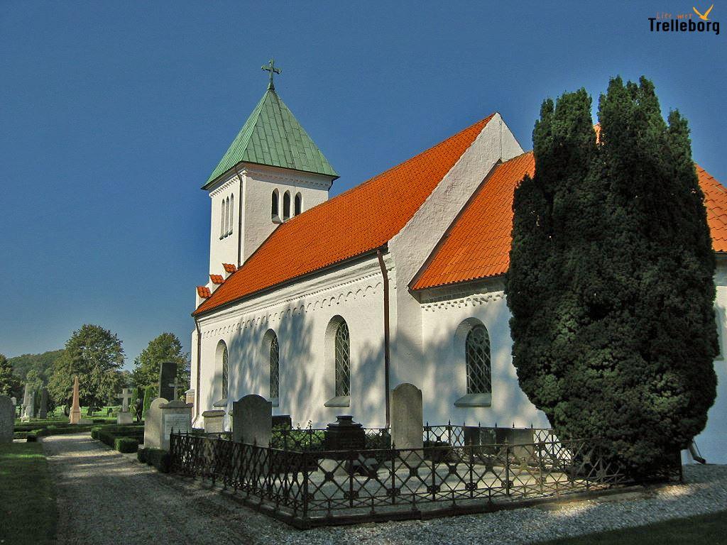 Kyrkan byggdes på 1100-talet och tillbyggdes under 1400-talet och 1800-talets mitt.