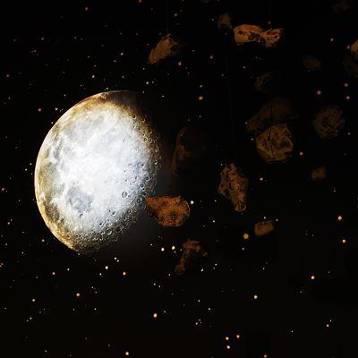 Foto: Locknekratern Meteoritcenter,  © Copy: Locknekratern Meteoritcenter, Bilden visar en planet i rymden omgiven av hundratals stjärnor.