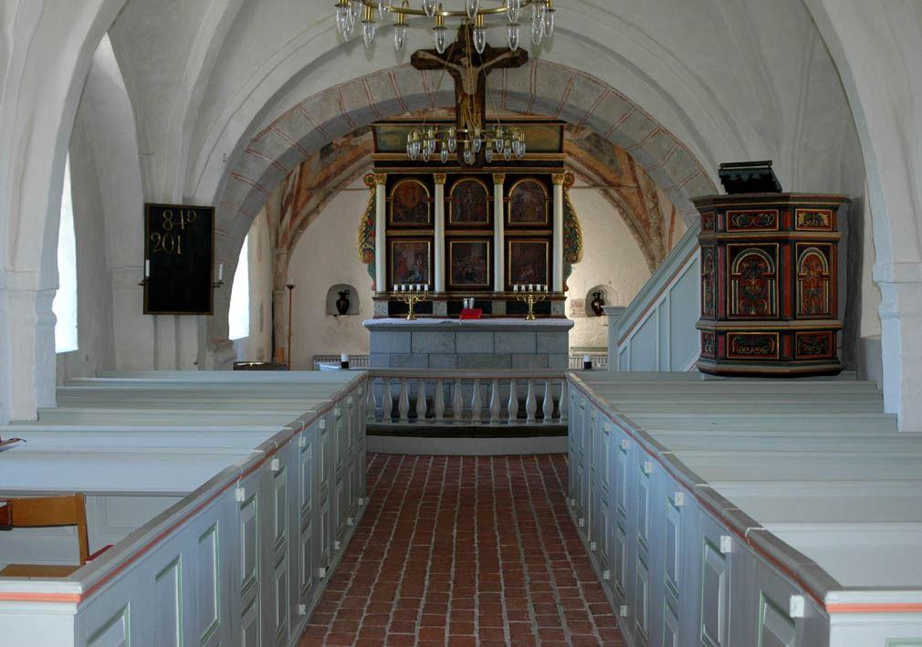 © Dalköpinge Församling, Interiören är sparsam med både additionsaltare och predikstol från 1500-talet.