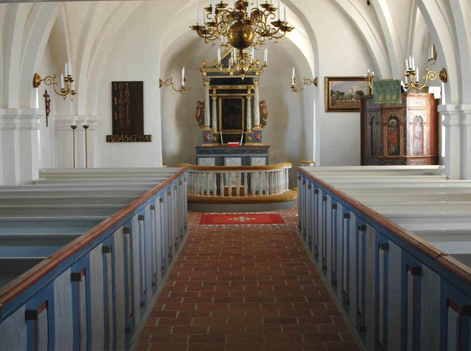 © Dalköpinge Församling, 1400-talet innebar stora förändringar i interiören. Det plana trätaket ersattes med de uppåtsträvande valv vi ser idag.