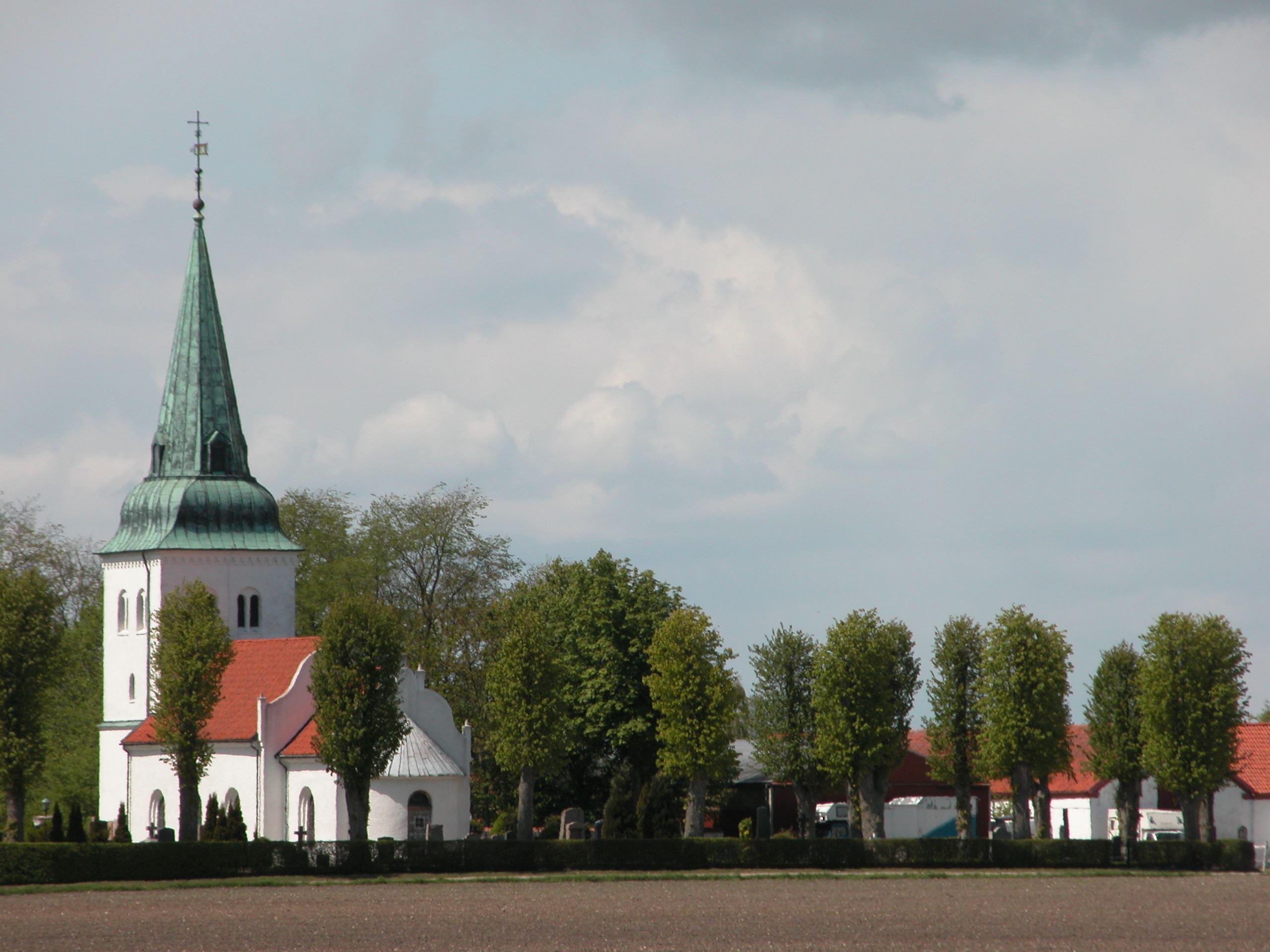 Västra Tommarps kyrka uppfördes omkring år 1200 och är byggd i grov flintsten