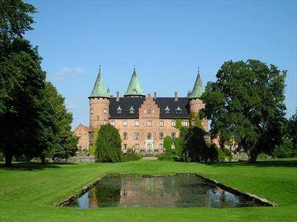 © Röstånga Turistbyrå, Slottet sett från dammen