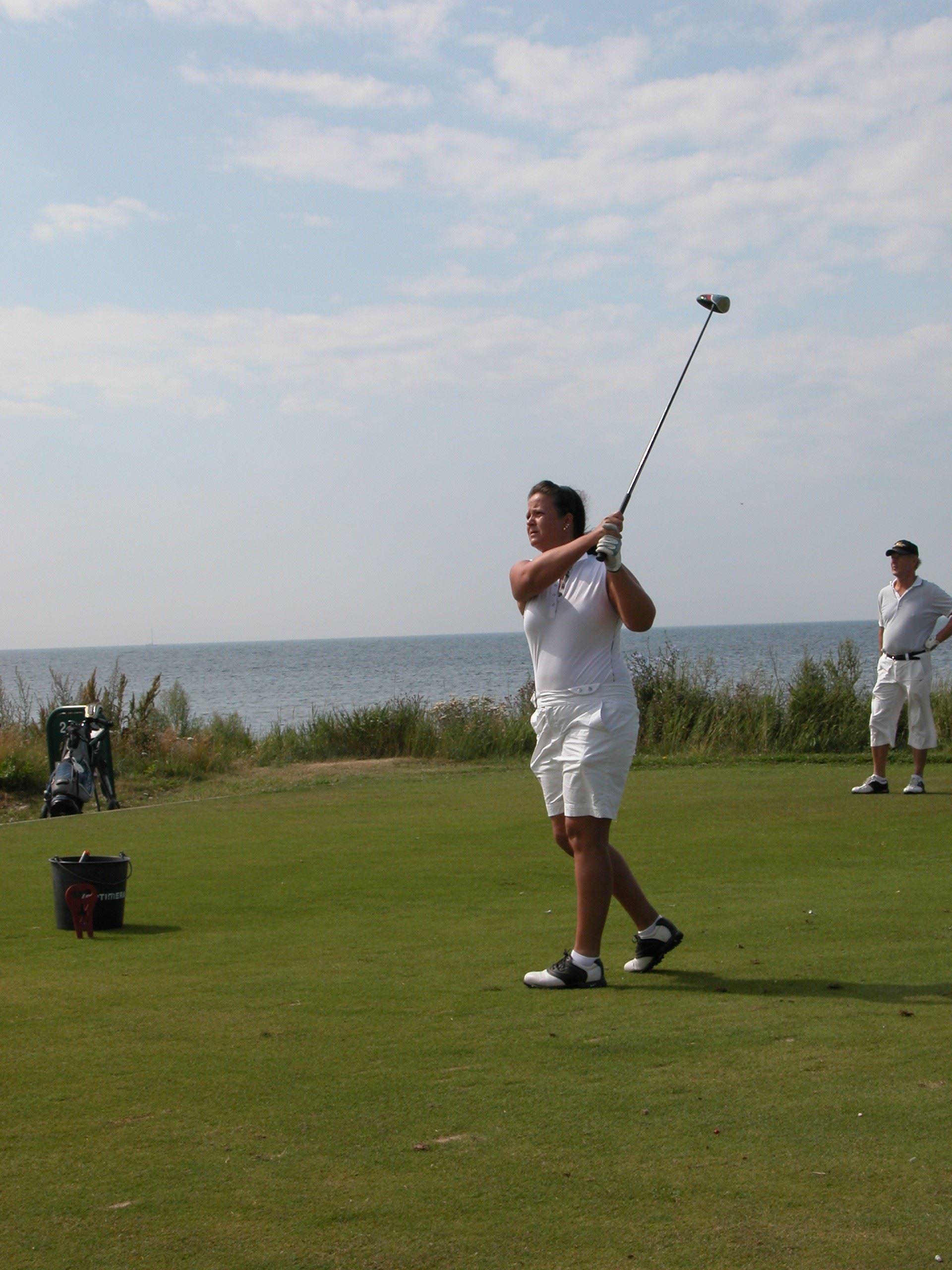 Golfbanan ligger intill havet