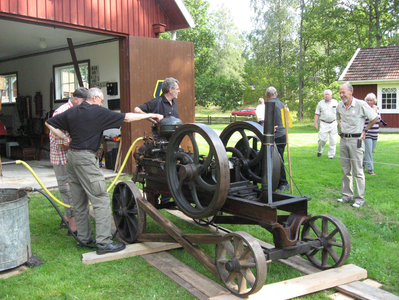 Roger Söderling,  © Älmeboda Hembygdsförening, Tändkulemotorn på hembygdsgården