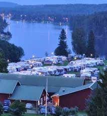 Camping i kvällsljus