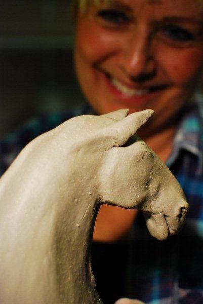 Kerstin med en keramikhäst