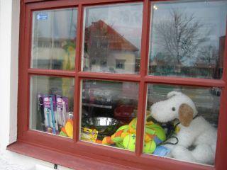 Spröjsat fönster med en leksakshund