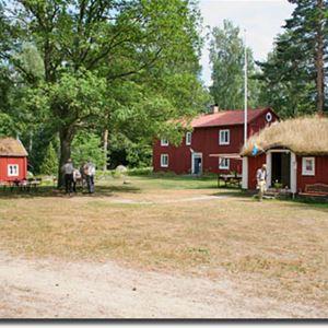 © Ryds Hembygdsförening, Hembygdsgården i Ryd.På gården finns även en Linbasta (torkhus för lin) med utställning om linberedning.