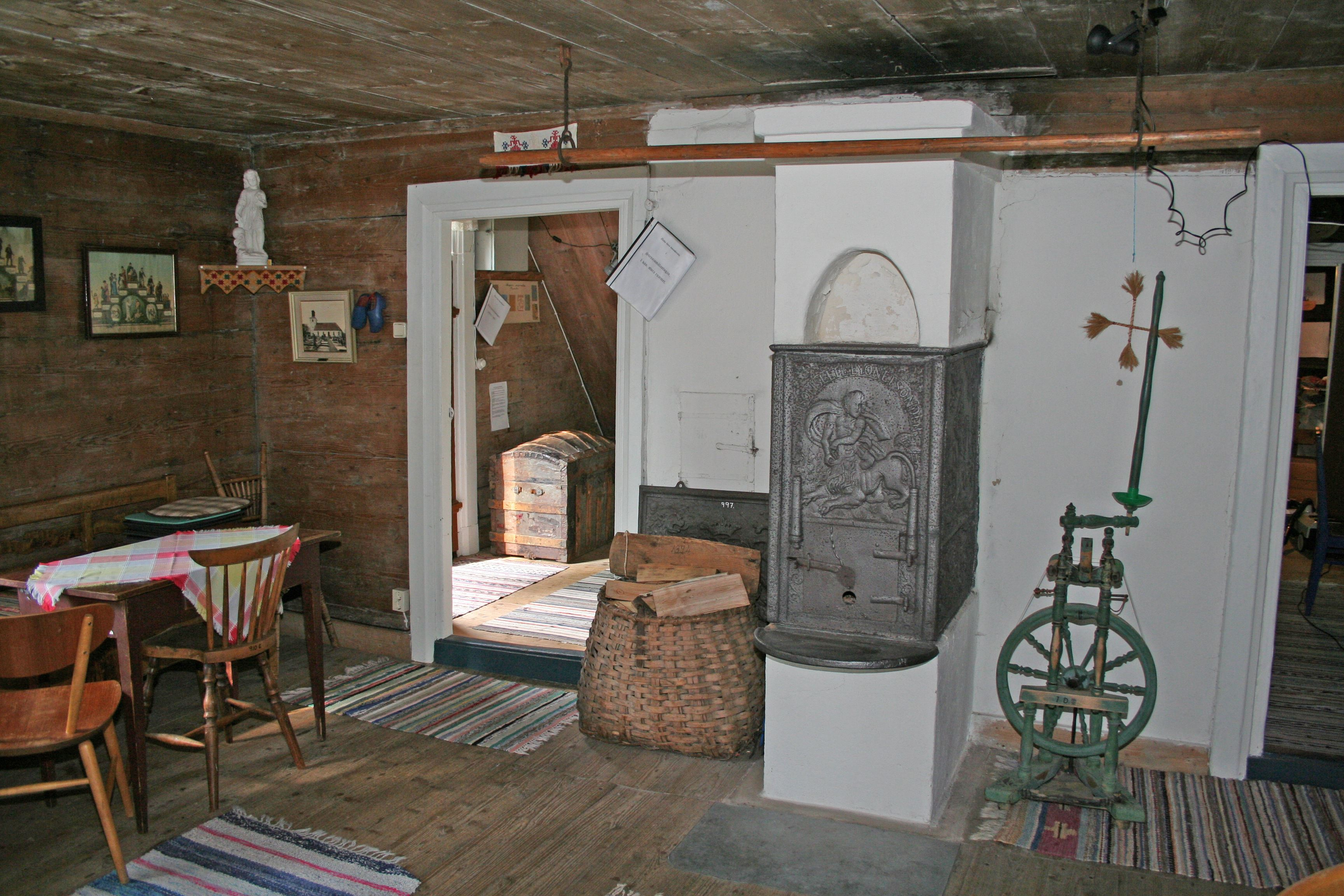 © Ryds Hembygdsförening, Hembygdsgården i Ryd. Stensjömålastugan från 1850-talet Bottenvåningens kök och rum. 1800-tals inredning och möblering. Ovanvåningen är museum med många gamla föremål.