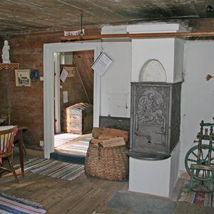 © Ryds Hembygdsförening, Hembygdsgården i Ryd. Stensjömålastugan från 1850-taletBottenvåningens kök och rum. 1800-tals inredning och möblering.Ovanvåningen är museum med många gamla föremål.
