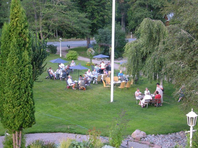 © Vänhems Café , Kaffe i trädgården