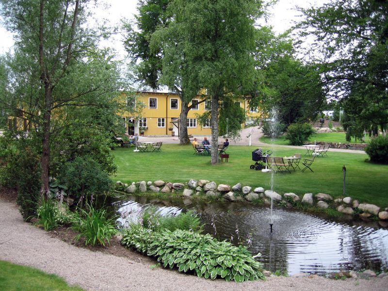 © Vänhems Café, trädgård