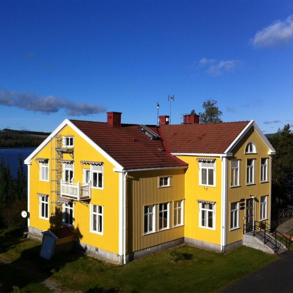 Receptionen ligger i dnna vackra bygnad på Hampnäs boende och konferens.