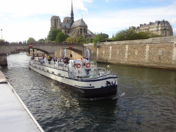"""Descente de la Seine, le 16 juin, à bord du """"Mistral"""""""