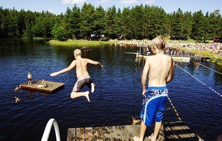 Barn i hopptornet i Harnäsbadet