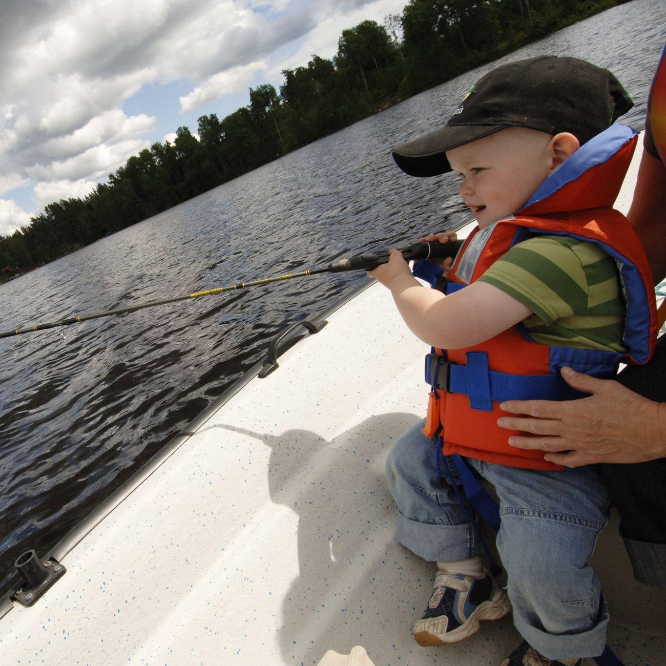 Foto: Smålandsbilder.se,  © Värnamo Näringsliv AB , Fishing in lake Rannäsasjön