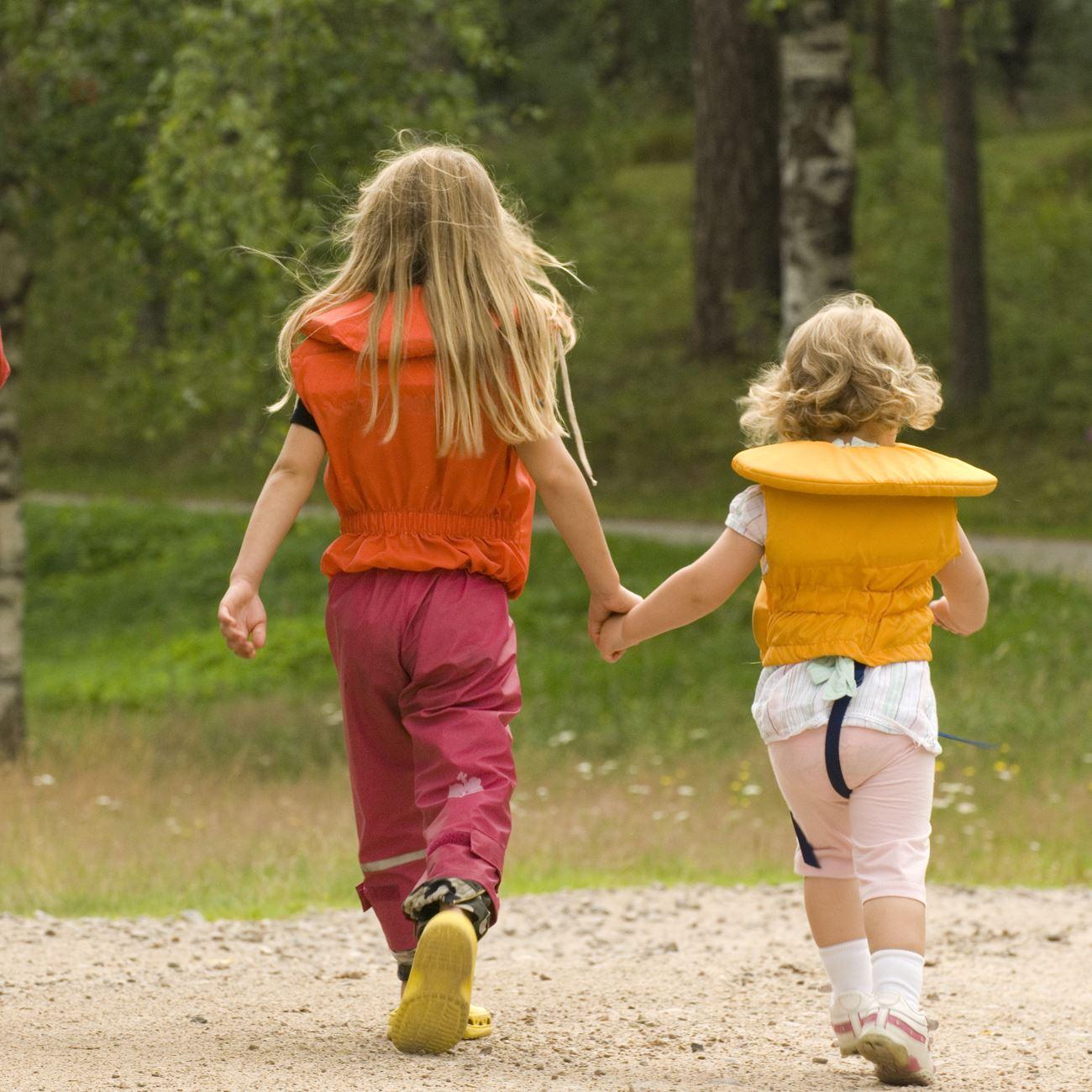 Foto: Smålandsbilder.se,  © Värnamo Näringsliv AB , Glada barn med flytväst på.
