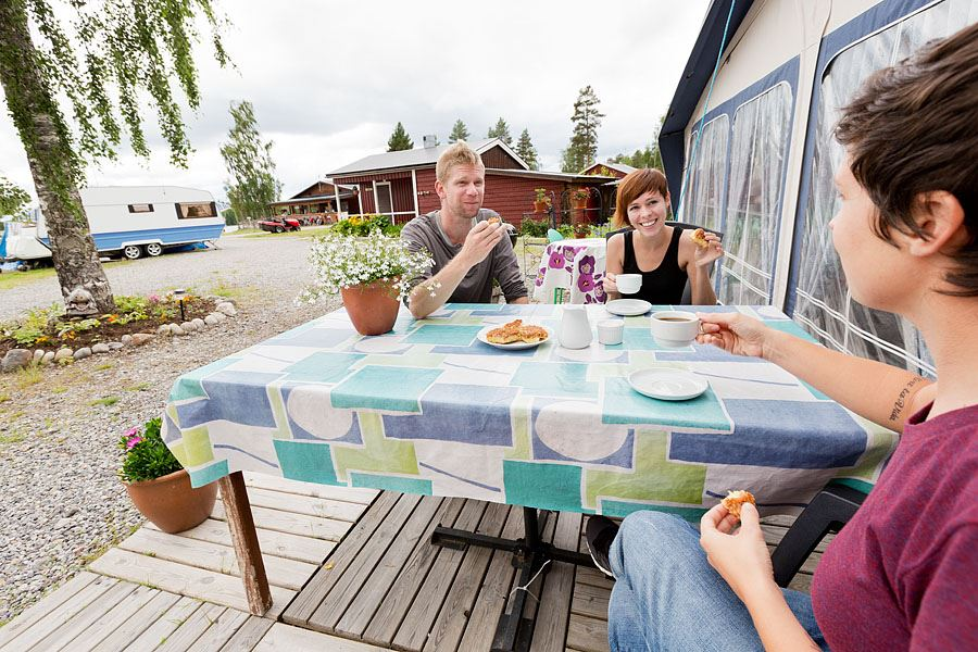 Calle Bredberg,  © Bjurholms kommun, Fikapaus på Angsjöns Camping