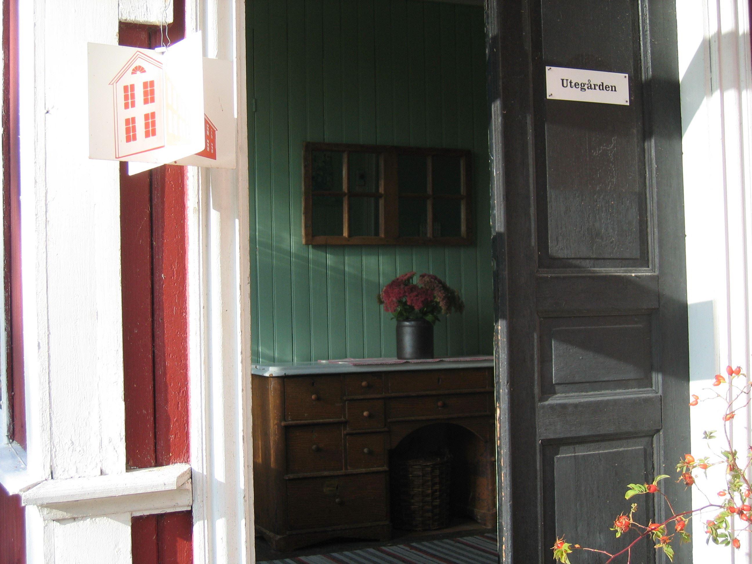 Bo på Hälsingegård - Utegården i Älgnäs