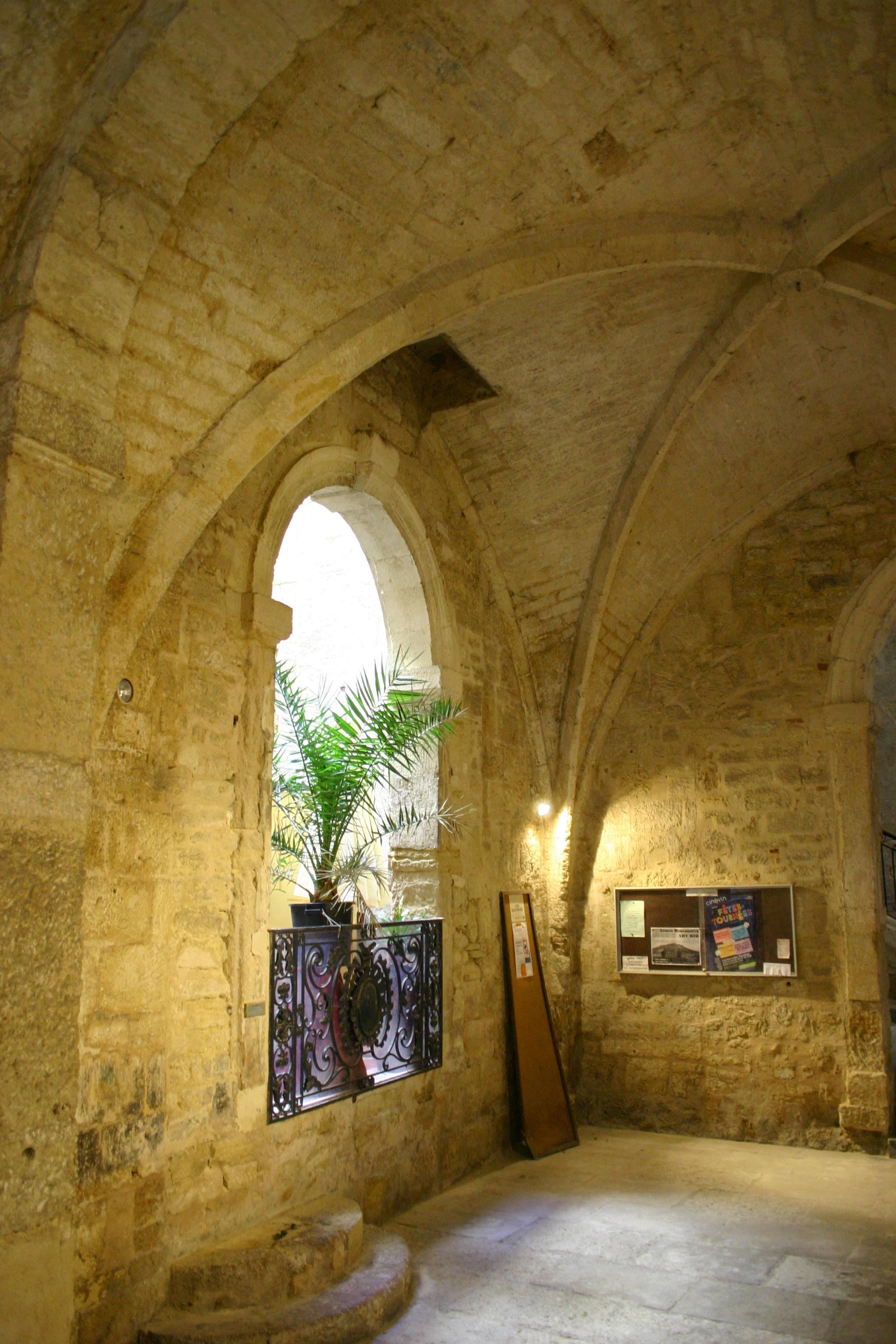 Visit Montpellier - Guided city tour in English: Private mansion courtyards