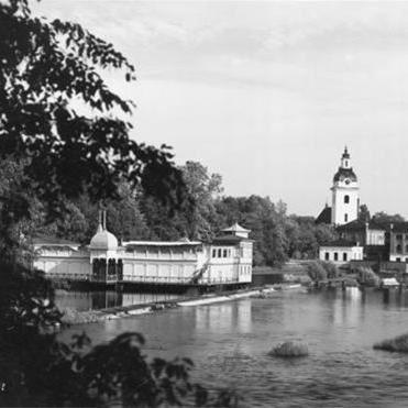 Ur Länsmuseet Gävleborgs samlingar., Badhuset Najaden. I bakgrunden skymtar Heliga Trefaldighetskyrkans torn samt Valskvarnen, vilken revs 1967.