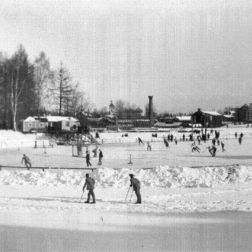 Ur Länsmuseet Gävleborgs samlingar., Skridskobanan i Boulognerskogen, 1910–1920-tal. I fjärran skymtar Heliga Trefaldighetskyrkans torn.