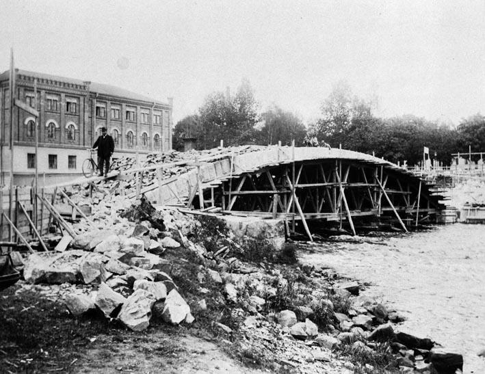 Otto S A Svensson 1910. Ur Länsmuseet Gävleborgs samlingar., Drottningbron under byggnation, samt Gefle Valsqvarn till vänster. Fotat från andra sidan ån.