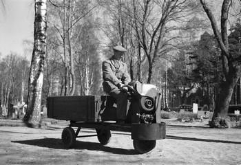Ur Länsmuseet Gävleborgs samlingar., Kyrkogårdsarbete på Gamla Kyrkogården 1955.