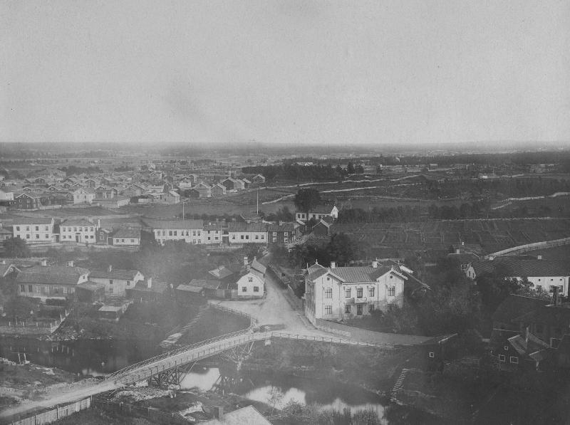 Ur Gävle Stadsarkivs samlingar., Vy över Gammelbroplan, fotad från Heliga Trefaldighetskyrkan mot söder. Foto O E Renner sent 1800-tal.