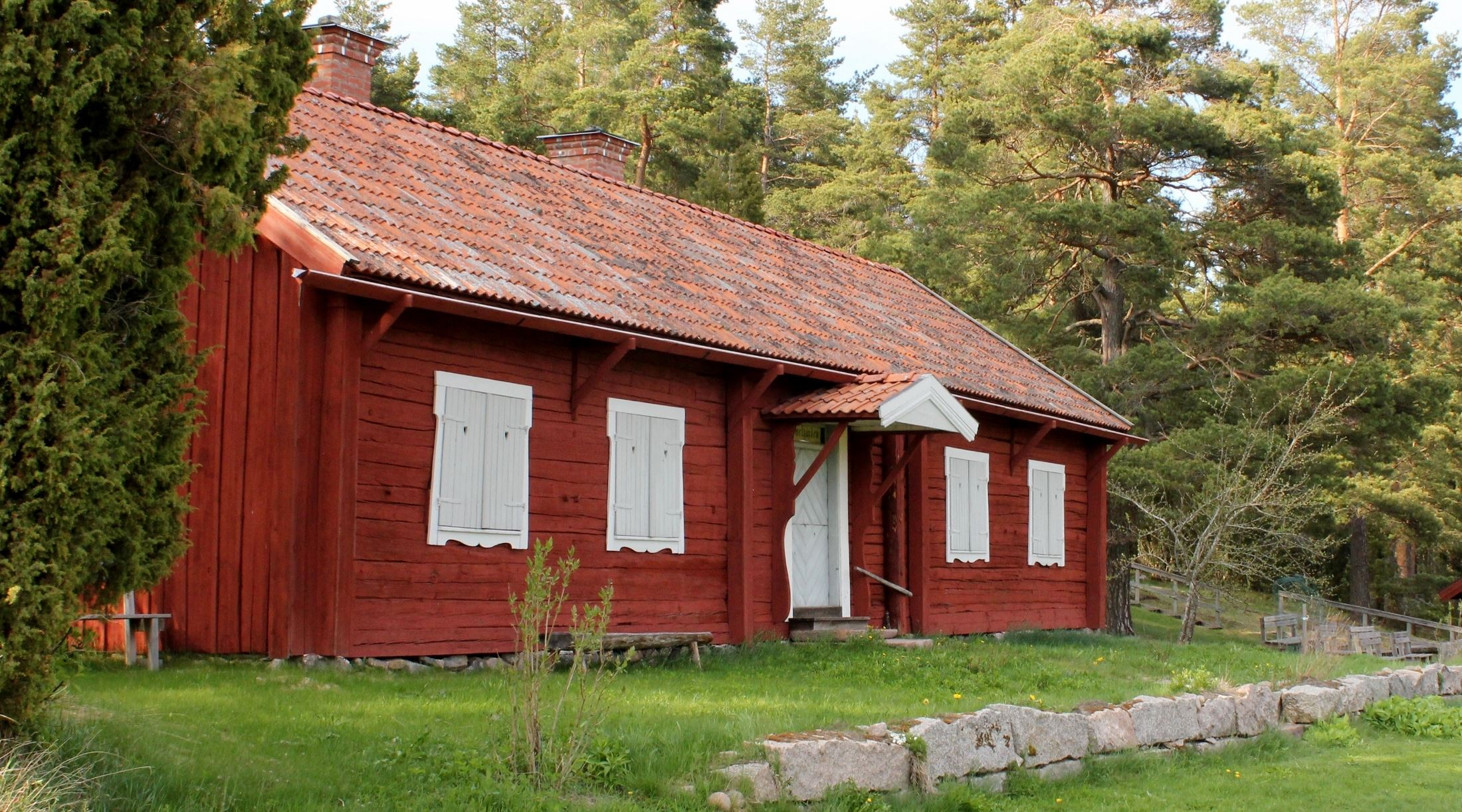 Gammelgården är föreningens första byggnad. Den kommer från Erk-Ers i Hallsbo. Innuti finns praktfulla vägg- och takmålningar.
