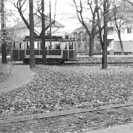 Ur Gävle Stadsarkivs samlingar., Den röda spårvagnen vid vändslingan i Stadsträdgården. I bakgrunden syns Västra vägen och dess bebyggelse.