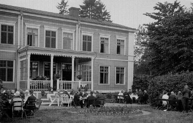 Ur Gävle Stadsarkivs samlingar., Bjudning i trädgården vid Stora Vall, sannolikt 1920-tal.