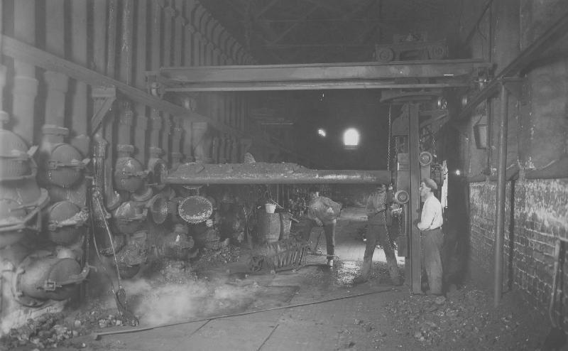Ur Gävle Stadsarkivs samlingar., Retorteldare arbetar i Lilla Retorten, foto från 1920-talet. Fotograf Reimers, Gävle.