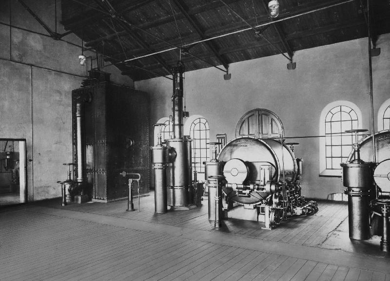 Ur Gävle Stadsarkivs samlingar., Reningshuset på 1920-talet med en del av den tekniska utrustningen.