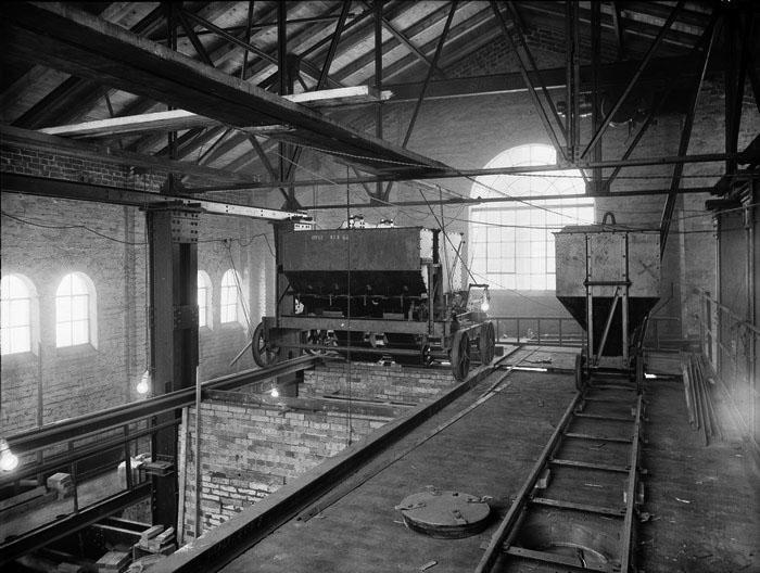 Carl Larsson, Gävle. Ur Länsmuseet Gävleborgs samlingar., På 1920-talet mekaniserades produktionen. Fotot visar en vagn som transporterade kolet till kammarugnarna.