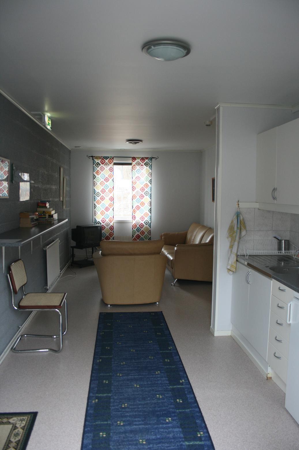 Vår entré in i allrummet med kök för självhushåll. The entrance to the family room and the kitchen.