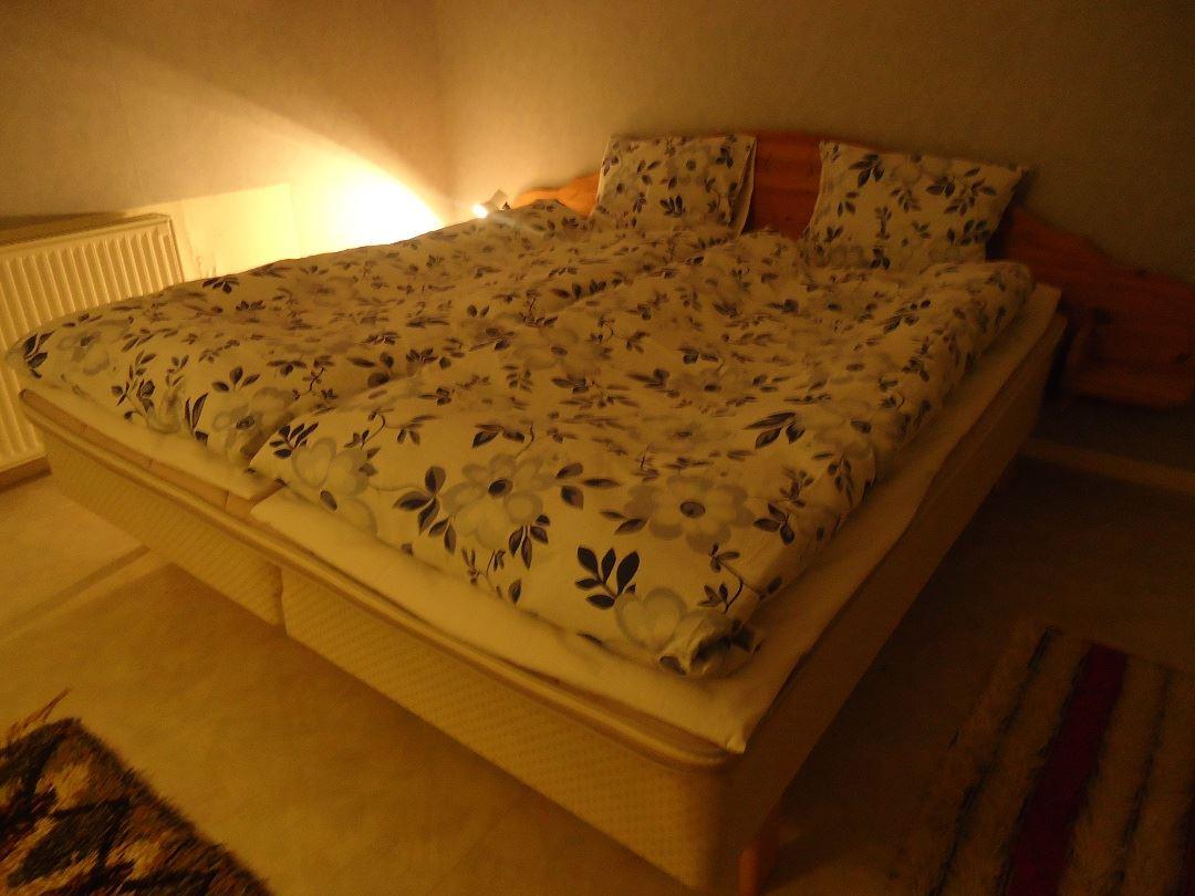 Det andra stora sovrum i övervåningen med dubbelsäng