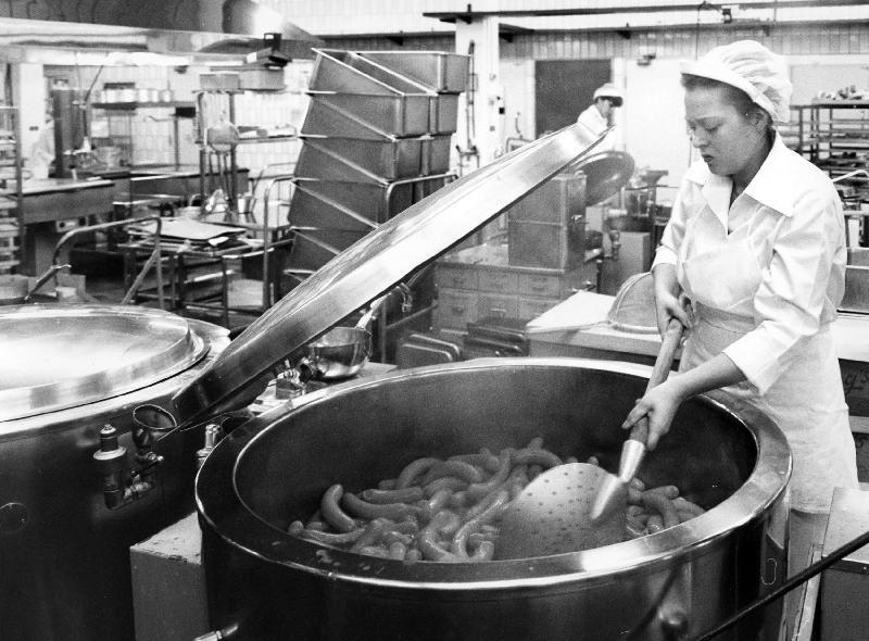 Ur Gävle Stadsarkivs samlingar., Storköket i Sätra lagade mat till Gävles skolor under 1970-talet. Foto: Bengt Berling 1977.