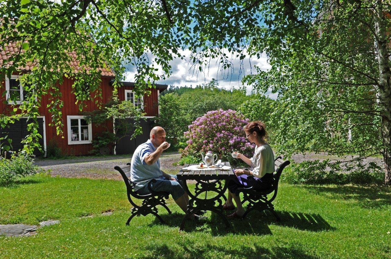 © Vetlanda Turistbyrå, Fika i trädgården