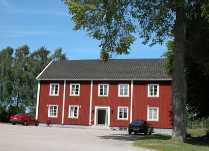 © Älmhults kommuns bildbank, sockenstugan, Stenbrohults kyrka och kyrkstallar