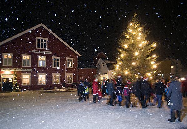 © XXLofoten, Julegrantenning under Førjulseventyret i Henningsvær