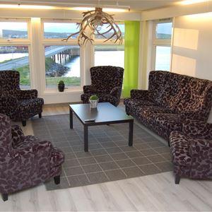 Lobbyen på Varanger Fjordhotell. Her er det en sofagruppe, med stoler man kan sitte.