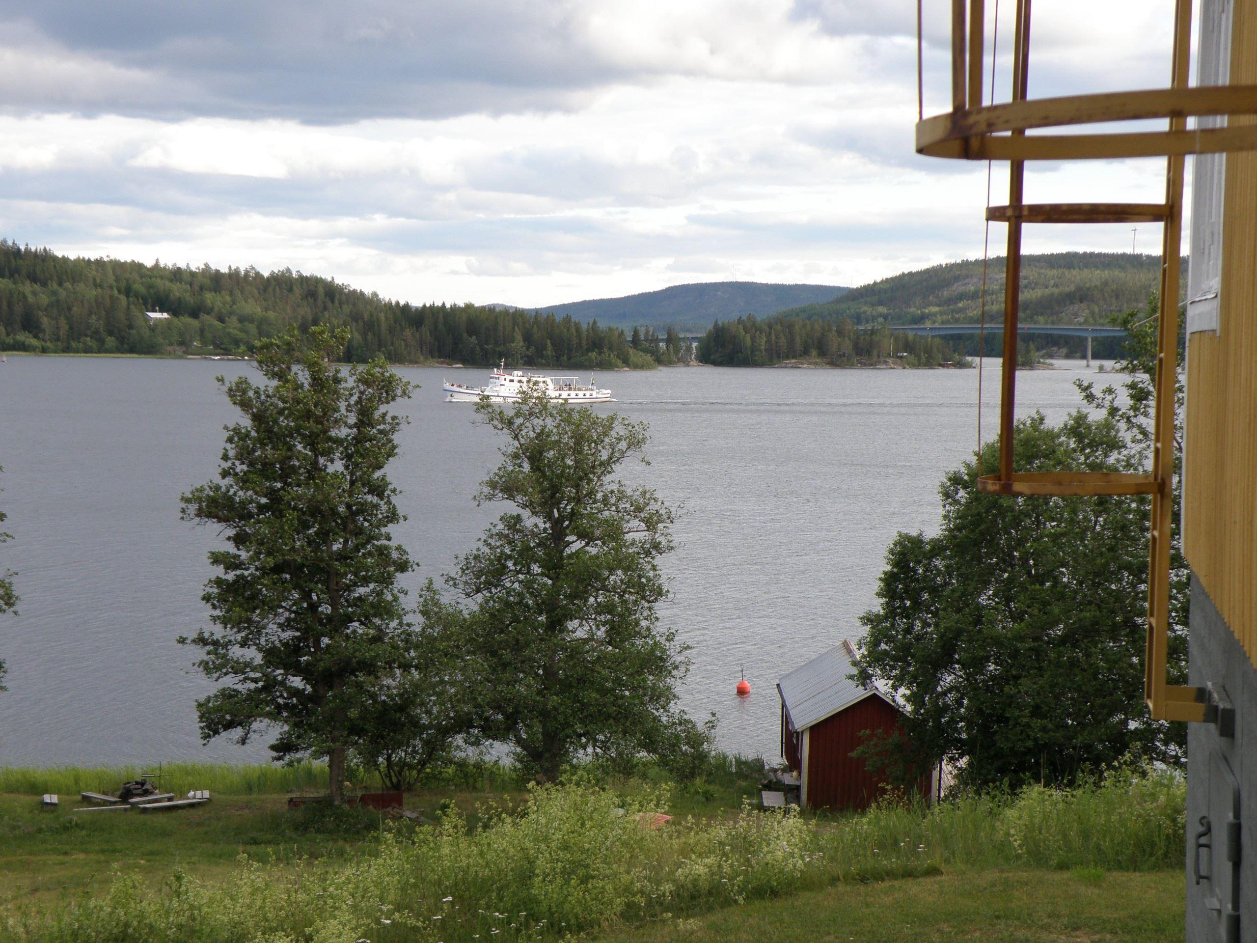 Ådalen lll passerar Utviksgården på väg in i Norafjärden