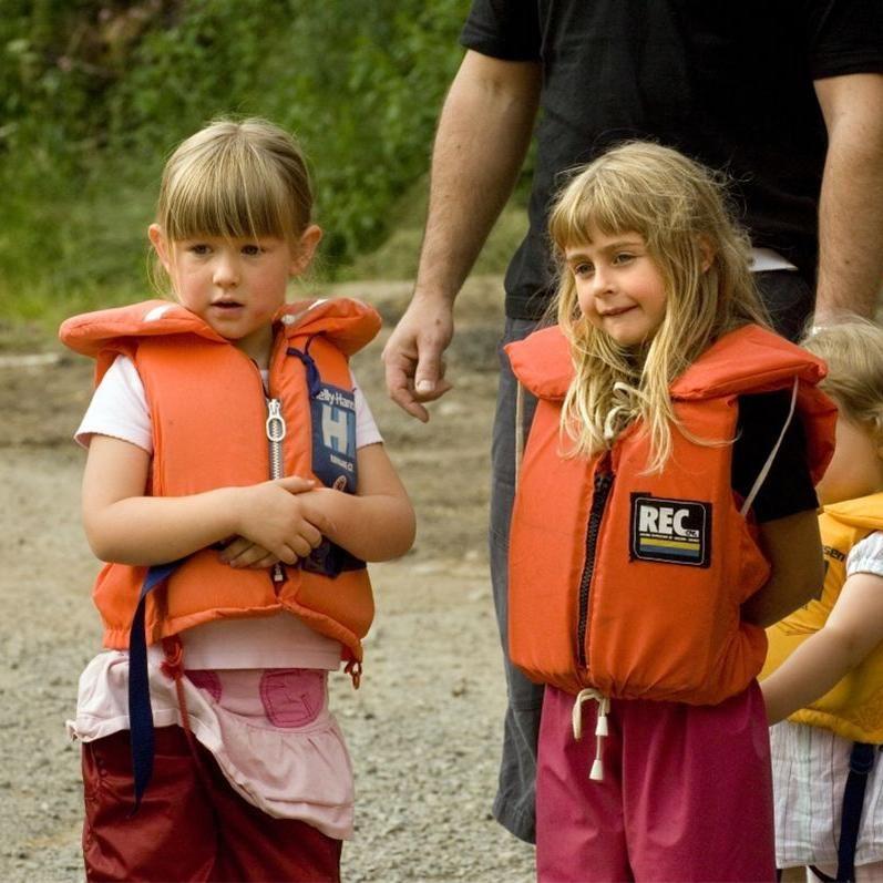 Smålandsbilder.se,  © Värnamo Näringsliv AB, Låna flytväst på Räddningstjänsten i Värnamo