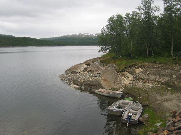 Vesterbukt Feriehytter,  © Helgeland Reiseliv, Båt ved Røssvatnet